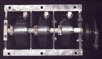 Плоский конденсатор зарядили при помощи источника тока напряжением u 200 b затем конденсатор был отключ